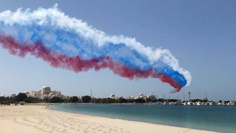 Putins Besuch in den Vereinigten Arabischen Emiraten: Kampfjets färben Himmel in Weiß, Blau und Rot