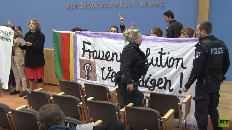 Eklat bei der BPK: Aktivisten stürmen Saal aus Solidarität mit syrischen Kurden (Video)