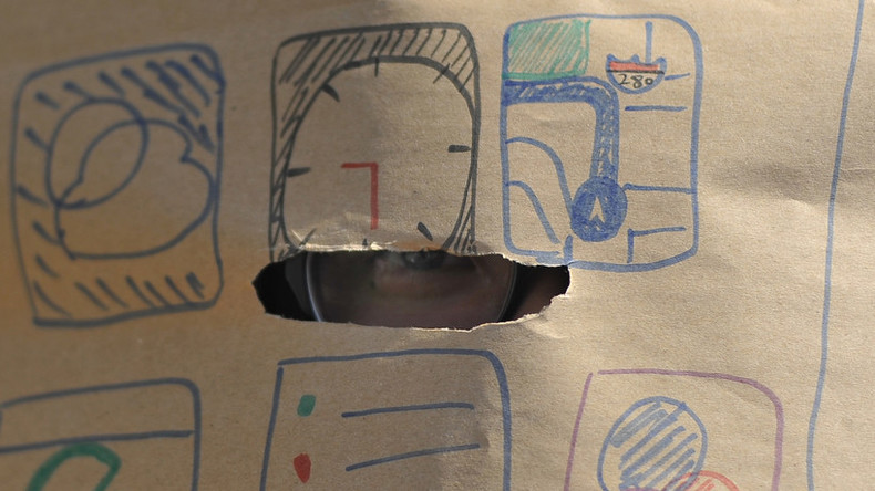 Mogler haben keine Chance: Indische Schüler schreiben Prüfung mit Kartons als Kopfbedeckung