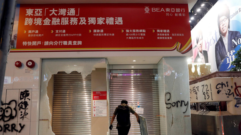 """""""Sorry, falsche Bank!"""" Randalierer entschuldigen sich nach Zerstörung von Hongkonger Sparkasse"""