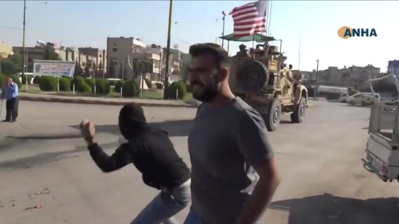 """Syrien: US-Truppen beim Abzug aus Qamischli mit Steinen und faulem Gemüse """"verabschiedet"""""""