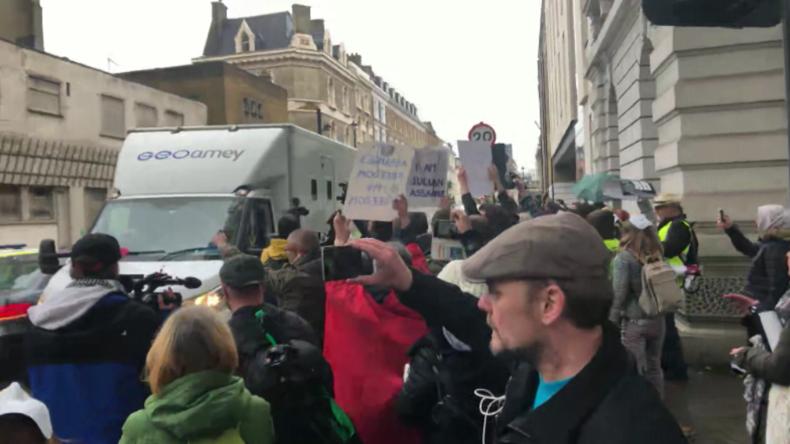"""London: """"Lasst Assange frei!"""" – WikiLeaks-Unterstützer umzingeln Polizeiwagen"""