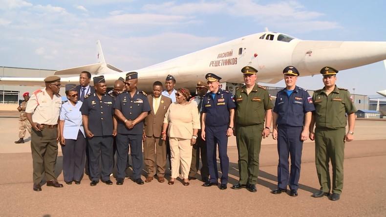 Südafrika: Verteidigungsministerin macht sich mit russischen Langstreckenbombern vertraut (Video)