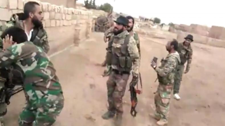 Syrien: Von der Türkei unterstützte Milizen drehen Videos, wie sie syrische Soldaten misshandeln