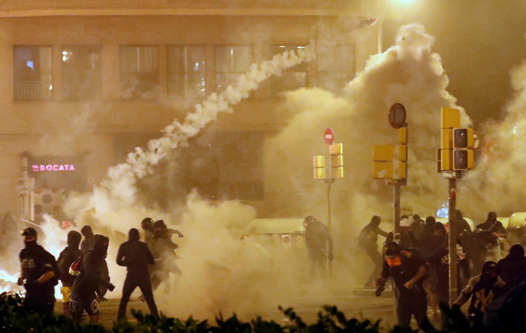 """""""Gewalt ist nicht unser Weg"""" – Krisensitzung nach Unruhen in Barcelona (Video, Fotos)"""