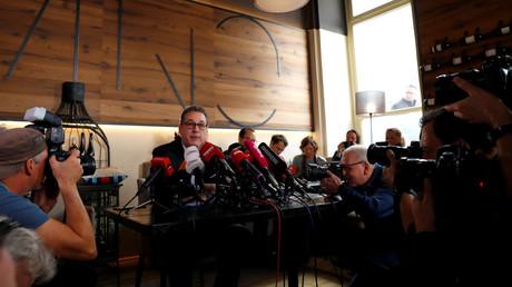Heinz-Christian Strache gab am Dienstagvormittag eine persönliche Erklärung in einer Weinbar in der Wiener Innenstadt ab. Dabei verkündete er