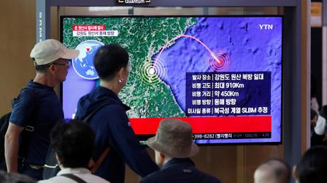 Passanten verfolgen eine Nachrichtenübertragung zu den jüngsten nordkoreanischen Waffentests, Seoul, Südkorea, 2. Oktober 2019.