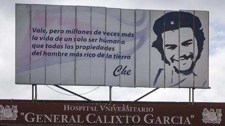 Ein Plakat mit einem Ausspruch von Che Guevara über dem