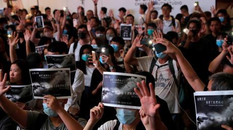 Demonstranten zeigen ihre Solidarität mit dem angeschossenen Studenten, Hongkong, 2. Oktober 2019.
