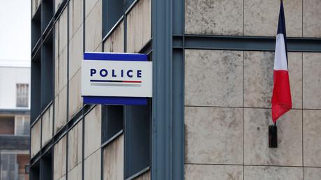 Ein Logo der Polizeistation, Paris, Frankreich.