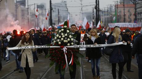 Symbolbild: Polnische Nationalisten tragen bei einer Demonstration einen Trauerkranz als Symbol für den angeblichen Verlust polnischer Werte, Warschau, Polen, 11. November 2015.