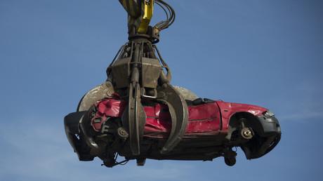 Verschrottung eines alten Automobils, Deutschland, 2. Oktober 2012.
