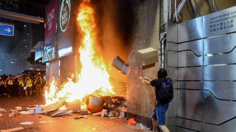 Gewalttätige Militante in Hongkong setzen den Zugang zur Causeway Bay Metro in Brand (Bild vom 4. Oktober).