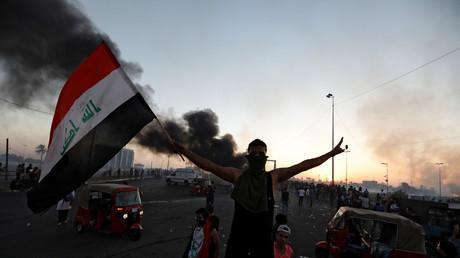 Demonstrant mit irakischer Flagge, Bagdad, Irak, 5. Oktober 2019.