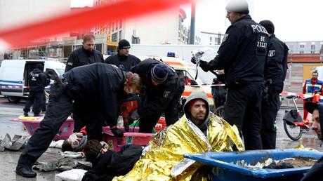 Polizisten bei der Räumung des Potsdamer Platzes am Dienstagmorgen