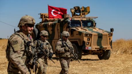 US-Soldaten patrouillierten noch am 8. September gemeinsam mit türkischen Truppen, beides illegale Besatzungsmächte in Syrien, in der Ortschaft Al-Haschischa.