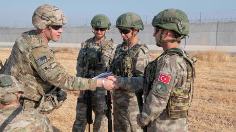 Türkische und US-Soldaten bei einer gemeinsamen Patrouille in Syrien im Oktober 2019
