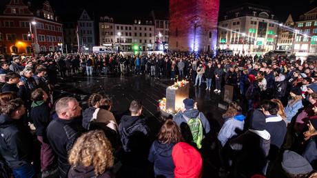 Zahlreiche Bürger aus Halle kamen zu einer Gedenkveranstaltung am Mittwochabend in Halle.