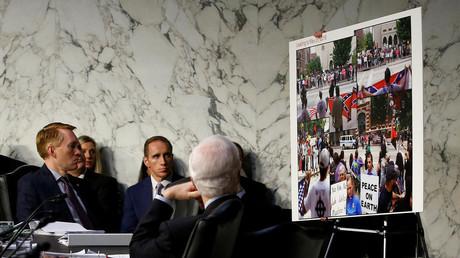Mitglieder des Senatsausschusses für Nachrichtendienste mit einem Beweismittel angeblicher