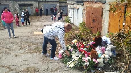 Stadteinwohner von Saransk legen in der Nähe der Garage Blumen und Plüschtiere nieder
