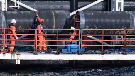 Auf einer Plattform am Pipeline-Verlegerschiff