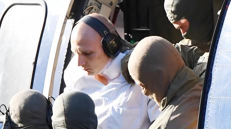 Stephan B. wird von Polizeibeamten zum Haftprüfungstermin geführt.