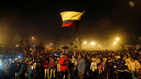 Menschen feiern auf der Straße, nachdem die ecuadorianische Regierung zugestimmt hat, das Dekret aufzuheben, das die Kraftstoffsubventionen in Quito abschafft.