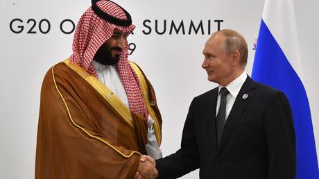 Der russische Präsident Wladimir Putin (re.) mit Saudi-Arabiens Kronprinzen Mohammed bin Salman bei einem Treffen am Rande des G20-Gipfels in Osaka am 29. Juni 2019 (Archivbild)