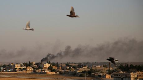 Rauch steigt über der syrischen Grenzstadt Tall Abyad auf, nachdem die Türkei ihre Militäroffensive begann