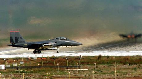 Symbolbild: Zwei US-Kampfflugzeuge auf dem Luftwaffenstützpunkt Incirlik, nahe Adana, Türkei, 2. Februar 1999