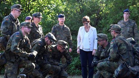 Die deutsche Verteidigungsministerin Annegret Kramp-Karrenbauer (CDU) bei einem Truppenbesuch in Celle, Deutschland, 24. Juli 2019.
