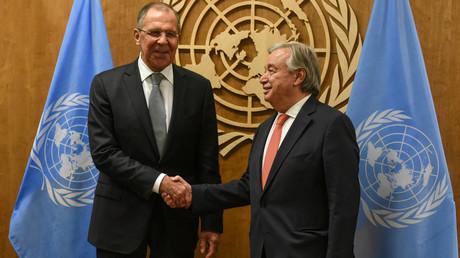 Der russische Außenminister Sergej Lawrow und UN-Generalsekretär António Guterres  treffen sich bei der 72. Generalversammlung der Vereinen Nationen am 22. September 2017 in New York.