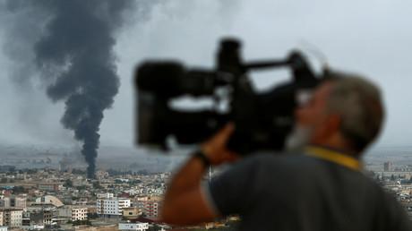 Im Blickpunkt der Weltöffentlichkeit: Über der syrischen Stadt Raʾs al-ʿAin steigt Rauch auf.