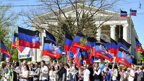 Fahnenschwenkende Menschen in Donezk, der Hauptstadt der selbstausgerufenen Volksrepublik Donezk, am 11. Mai 2018, dem vierten Jahrestag des Referendums. Die Ukraine betrachtet die