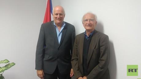 Rechts: Emeritierter Rechtsprofessor Norman Paech, links: Kubanischer Botschafter Ramón Ripoll Díaz