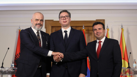Albaniens Regierungschef Edi Rama, Serbiens Präsident Alexander Vučić und Nordmazedoniens Premierminister Zoran Zaev beim Handschlag nach der Einigung auf eine gemeinsame Zollunion. (v.l.n.r.)