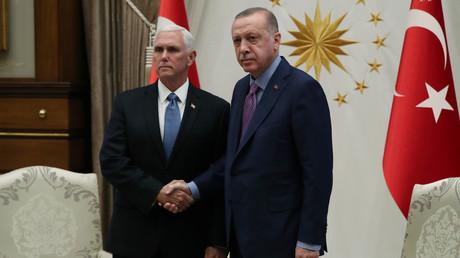 Der türkische Präsident Recep Tayyip Erdoğan und US-Vizepräsident Mike Pence einigten sich bei ihren Gesprächen in Ankara auf eine Feuerpause in Nordsyrien