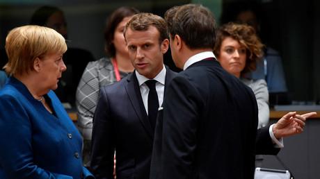 Bundeskanzlerin Merkel spricht am Rande des Gipfels mit dem französischen Präsidenten Macron.