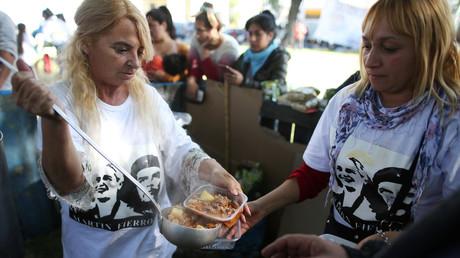 Argentinien durchlebt eine schwere wirtschaftliche und soziale Krise. Gewerkschaftsmitglieder verteilen während einer Protestveranstaltung gegen den argentinischen Präsidenten Mauricio Macri in Buenos Aires kostenlose Mahlzeiten.