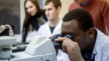Studenten des Forschungs- und Bildungszentrums für Nanotechnologie der Russischen Universität der Völkerfreundschaft