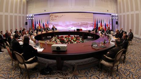 Internationale Verhandlungen zum iranischen Atomprogramm in Astana im Februar 2013