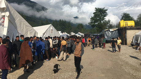 Im improvisierten Flüchtlingslager Vučjak nahe der Stadt  Bihać stehen Migranten Anfang September bei der Essensausgabe Schlange. Die Stadt an der Grenze zu Kroatien fühlt sich von der steigenden Zahl an illegalen Migranten zunehmend überfordert.