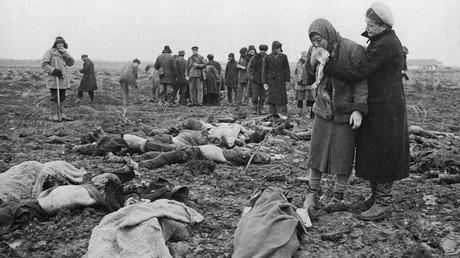 Angehörige identifizieren Opfer einer Erschießung auf einem Feld bei Kertsch auf der Krim im April 1944