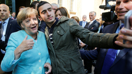 Multikulti gescheitert? Merkel im September 2015 mit einem syrischen Flüchtling in Berlin-Spandau