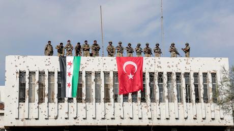 Von der Türkei unterstützte syrische Rebellen und türkische Soldaten auf einem Gebäude in der Grenzstadt Ras al Ain, Syrien, am 23. Oktober 2019.