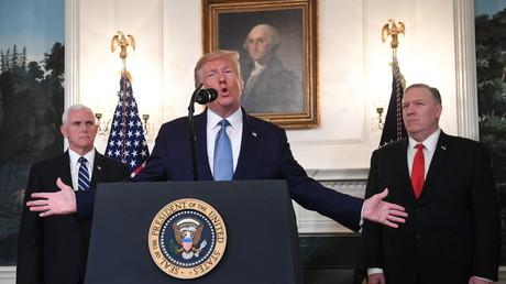 US-Präsident Donald Trump spricht im Weißen Haus in Washington über Syrien und die Türkei, während Vizepräsident Mike Pence und Außenminister Mike Pompeo zuhören (23. Oktober).