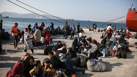 Migranten warten am Dienstag bei Athen auf ihre Verbringung in Flüchtlingslager