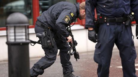 Polizisten an der Schule in Trollhättan, wo ein maskierter Mann einen Lehrer tötete und mehrere Personen verletzte, Schweden, 22. Oktober 2015.