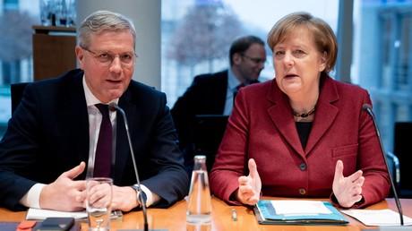 Norbert Röttgen, Vorsitzender des Auswärtigen Ausschusses des Bundestages, und Bundeskanzlerin Angela Merkel nehmen an einer Sitzung des Ausschusses am 16. Januar teil. Röttgen verfügt in dieser Position über erheblichen Einfluss in der Gestaltung der deutschen Außenpolitik.