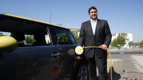 Unter Strom: Der damalige Bundesumweltminister Sigmar Gabriel posiert für ein Bild vor einem batteriebetriebenen Auto während einer Präsentation des Elektroautos Mini in Berlin am 19. August 2009.